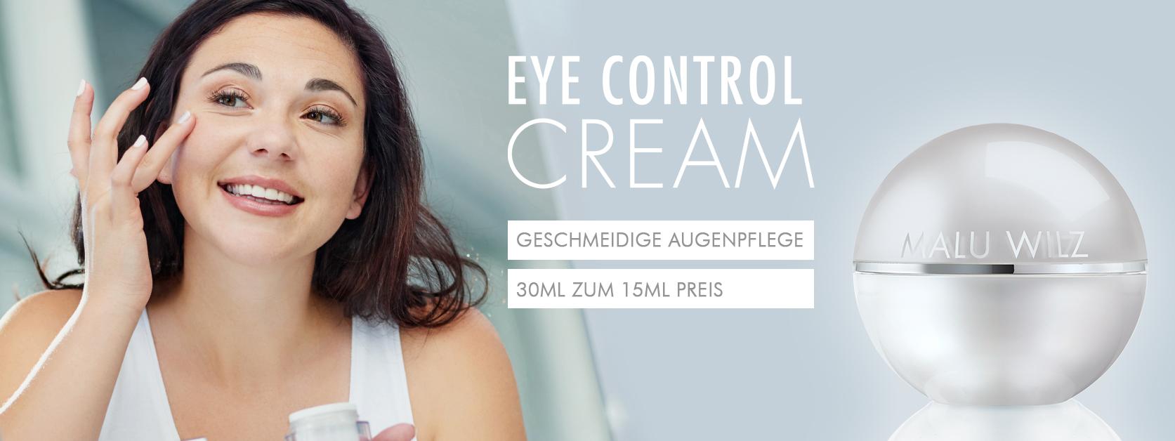 reife Frau mit Augencreme