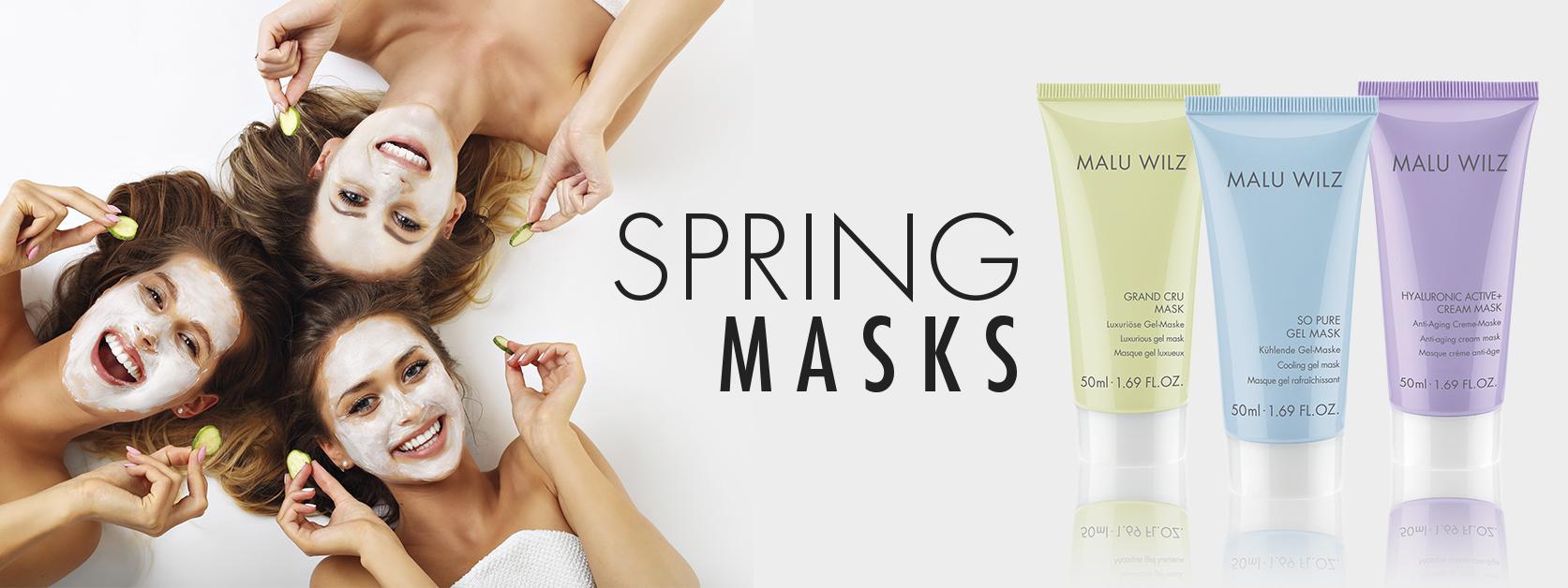 junge Frauen mit Gesichtsmaske und Handtuch