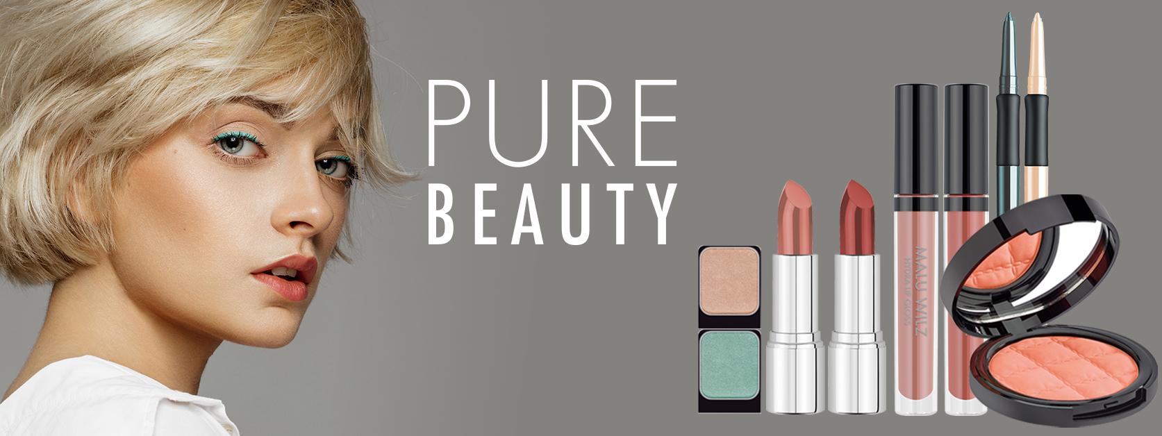 junge Frau mit Make up Produkten