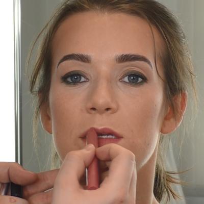 junge Frau mit Soft Touch Lipstick
