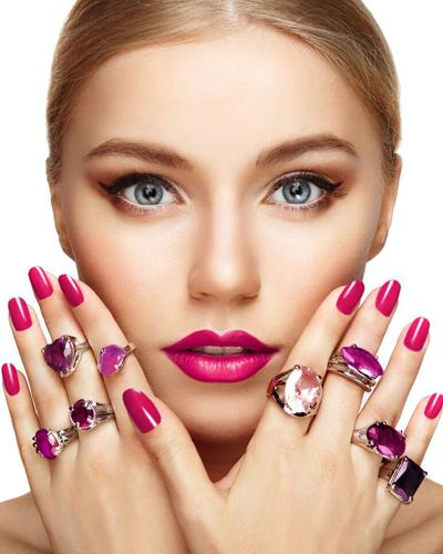 junge Frau mit Nagellack und Ringen
