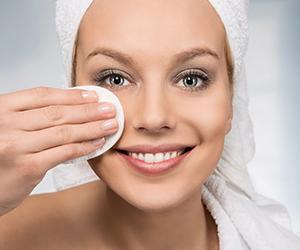 junge Frau entfernt Make up