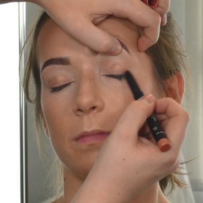junge Frau mit Longwear Eyeshadow Pen